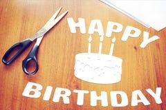 在一张木书桌上的生日快乐报纸文章 免版税库存图片