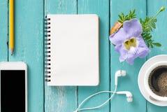 在一张木书桌上的顶视图有智能手机的,笔记本,铅笔和 免版税库存照片