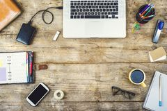 在一张木办公室桌上的桌面混合 免版税图库摄影