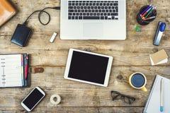 在一张木办公室桌上的桌面混合 免版税库存照片