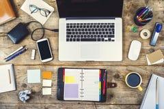 在一张木办公室桌上的桌面混合 免版税库存图片