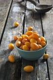 在一张木土气桌上的金桔 图库摄影