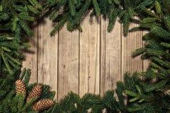 在一张木土气老桌上的圣诞节背景 库存照片
