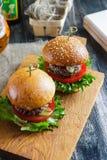 在一张木板侧视图的鲜美和开胃汉堡包乳酪汉堡 库存图片