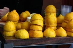 在一张木桌上堆积的被紧压的柠檬一半 库存照片
