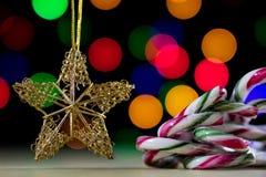 在一张木桌上的一个庆祝的圣诞节星 圣诞节得体 库存图片