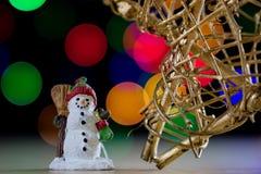 在一张木桌上的一个庆祝的圣诞节星 圣诞节得体 免版税库存照片
