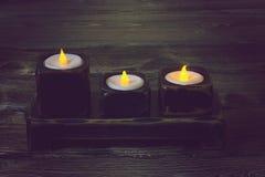 在一张木桌上的一个烛台 库存图片