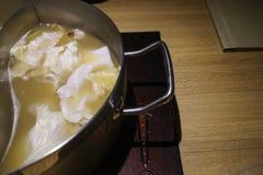 在一张木桌上的一个热的罐,用在它的仅圆白菜 免版税库存图片