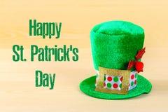 在一张木桌上的一个绿色帽子 StPatrick 's天 免版税库存图片