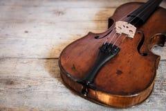 在一张木桌上的一把小提琴 免版税库存图片