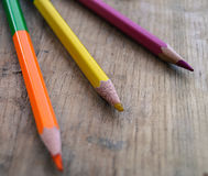 在一张木桌上的三支色的铅笔 免版税图库摄影