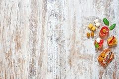 在一张木桌上的不同的开胃菜 库存图片