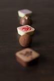 在一张木桌上的不同的糖果 库存照片