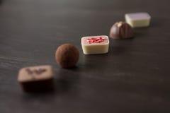 在一张木桌上的不同的糖果 库存图片