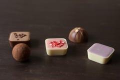 在一张木桌上的不同的糖果 免版税库存图片