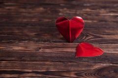 在一张木桌上的两纸心脏 免版税库存照片