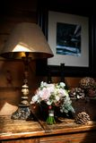 在一张木桌上的五颜六色的婚礼花束 古色古香的黑暗的服务台焕发绿色闪亮指示葡萄酒 免版税库存图片