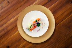 在一张木桌上的五颜六色的盘 库存照片