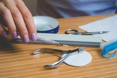 在一张木桌上的修指甲器 免版税库存照片