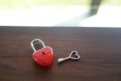 在一张木桌上的关键红色心脏,爱的概念和Valentin 库存图片