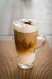 在一张木桌上的冰冻咖啡-葡萄酒作用样式图片 库存图片