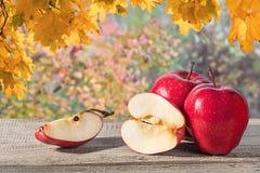 在一张木桌上的几个苹果 免版税图库摄影