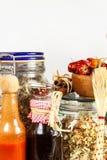 在一张木桌上的厨房器物 奶油被装载的饼干 食物例证厨房准备向量妇女 菜谱和烹调成份 老书 免版税库存照片