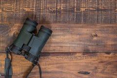 在一张木桌上的双筒望远镜 免版税库存照片