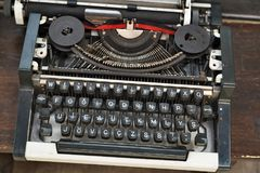 在一张木桌上的古色古香的手工打字机 免版税库存图片