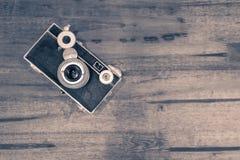 在一张木桌上的古色古香的照相机 免版税库存图片