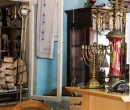 在一张木桌上的古色古香的金menorah在一家古董店 免版税图库摄影