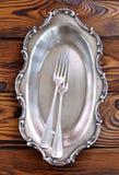 在一张木桌上的古色古香的银色利器 叉子 库存照片