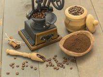 在一张木桌上的咖啡豆和碾碎的咖啡 库存图片