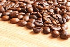在一张木桌上的咖啡豆 免版税库存照片