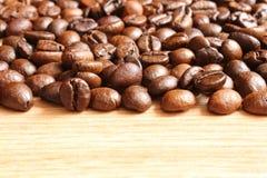 在一张木桌上的咖啡豆 免版税图库摄影