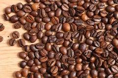 在一张木桌上的咖啡豆 库存图片