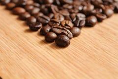 在一张木桌上的咖啡豆 免版税库存图片