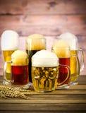 在一张木桌上的啤酒杯 库存照片