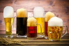 在一张木桌上的啤酒杯 免版税图库摄影