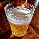 在一张木桌上的啤酒 库存图片