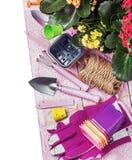 在一张木桌上的园艺工具 免版税图库摄影