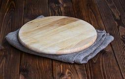 在一张木桌上的圆的砧板 图库摄影
