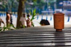 在一张木桌上的土制茶杯 作夏天 免版税图库摄影