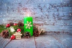 在一张木桌上的圣诞节背景 不可思议的深蓝backgrou 免版税库存图片