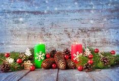 在一张木桌上的圣诞节背景 不可思议的深蓝backgrou 免版税图库摄影