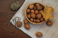 在一张木桌上的坚果 图库摄影