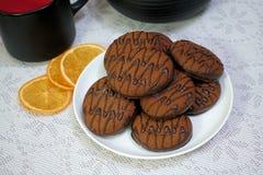 在一张木桌上的巧克力曲奇饼 点心 特写镜头 库存照片