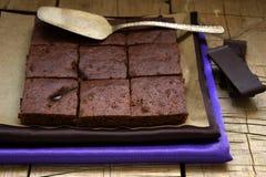 在一张木桌上的巧克力果仁巧克力 库存照片