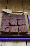 在一张木桌上的巧克力果仁巧克力 图库摄影